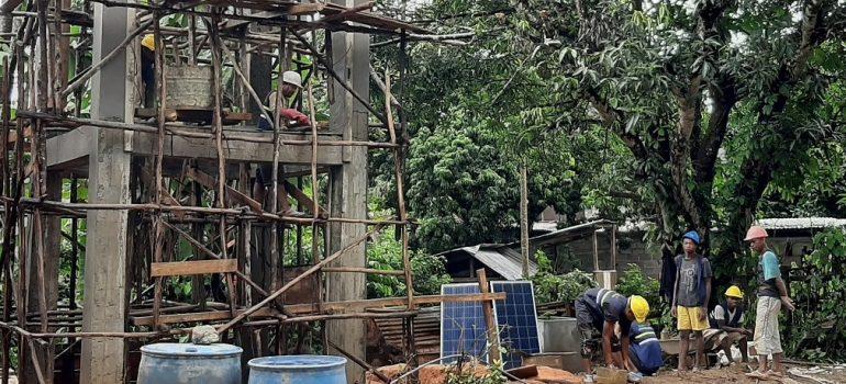 Captage, système de pompage solaire et réservoir surélevé